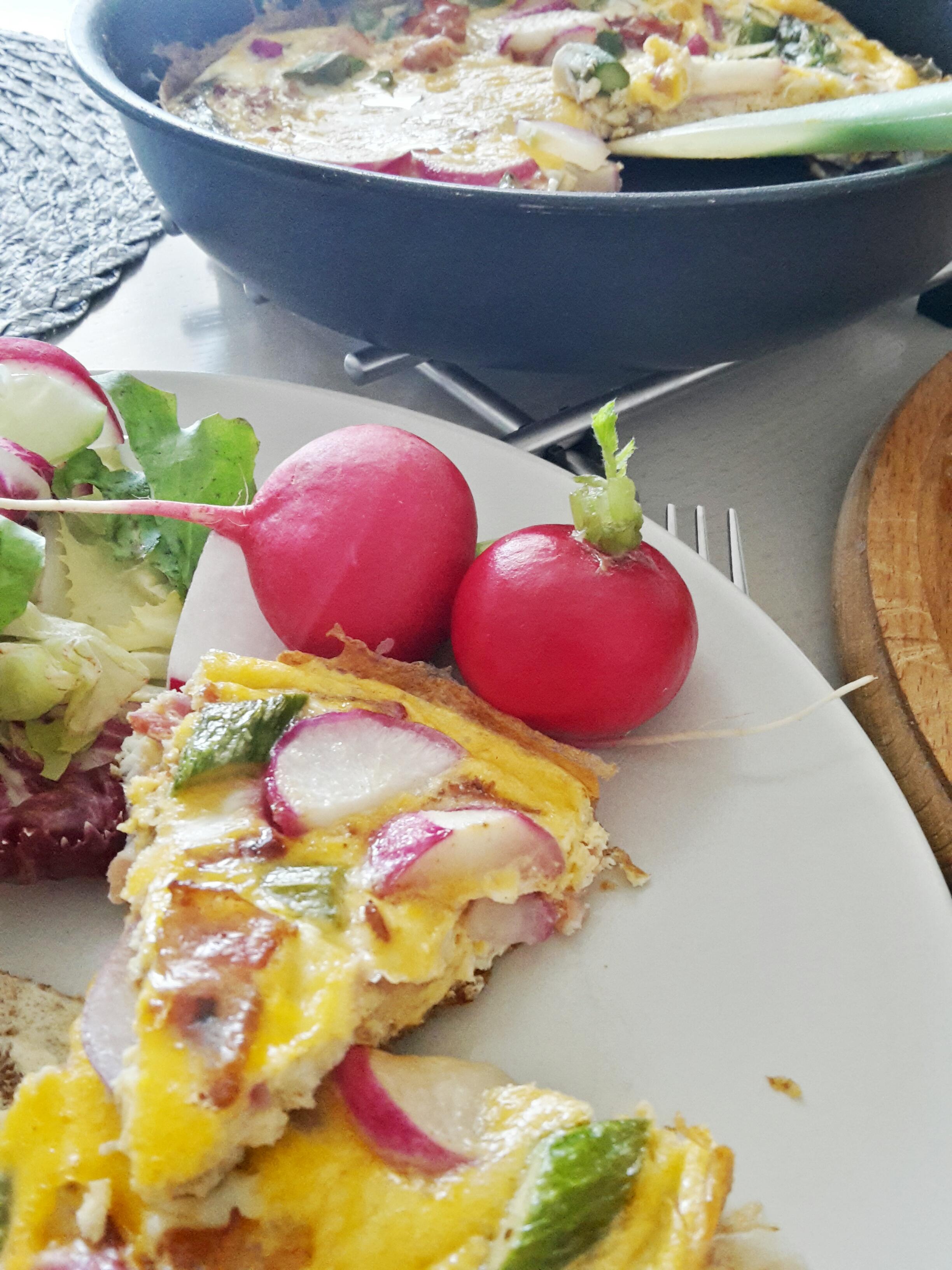 Omlet ze szparagami i smażoną rzodkiewką