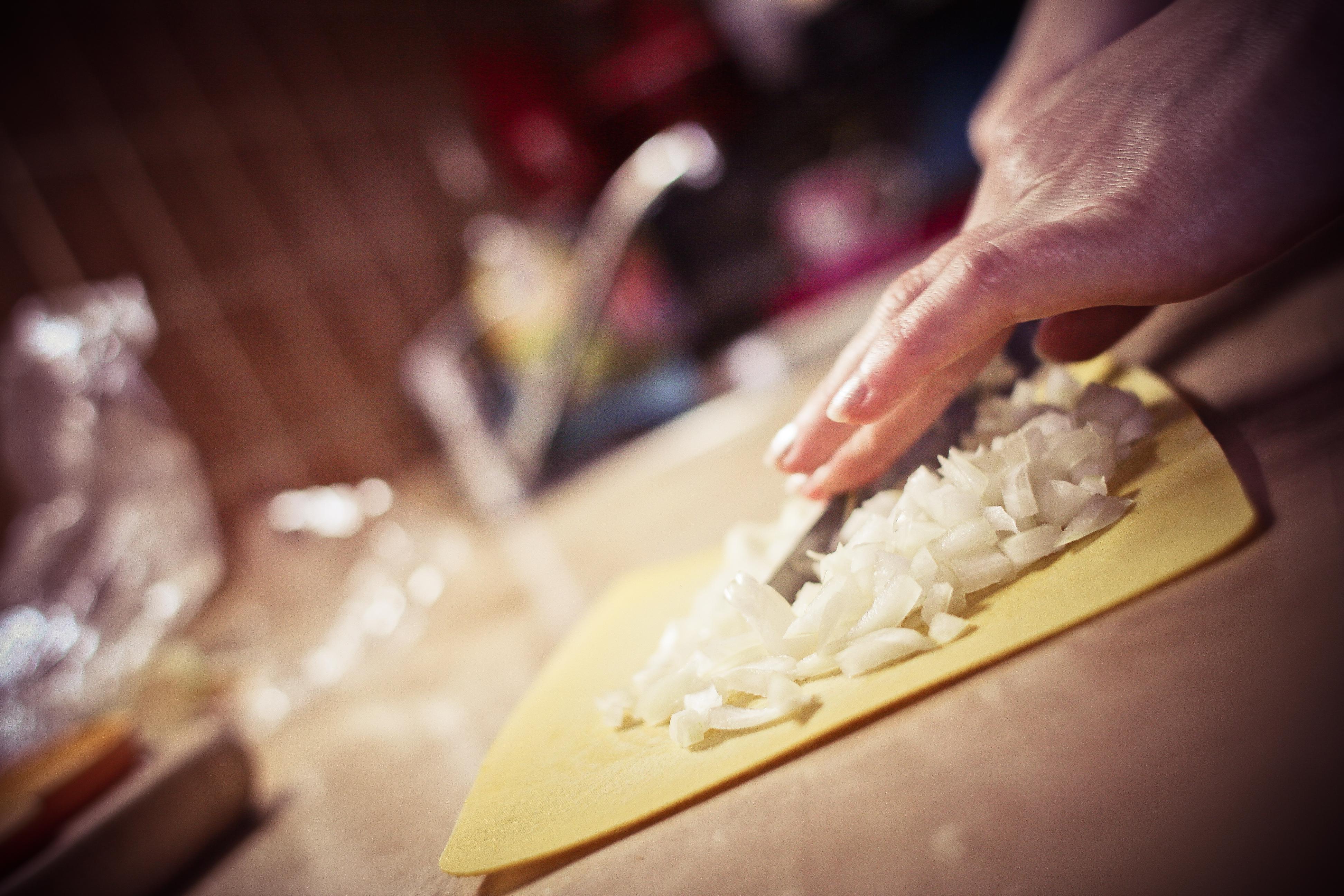 Etapy smażenia cebuli – krótki instruktaż