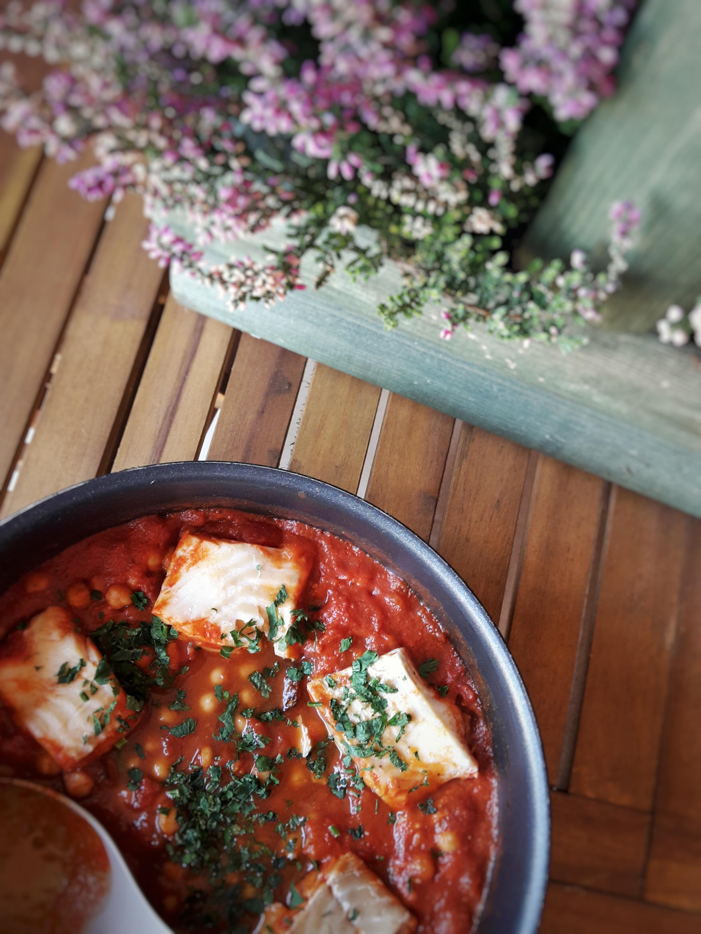 Dorsz w hiszpańskim sosie pomidorowym z cieciorką