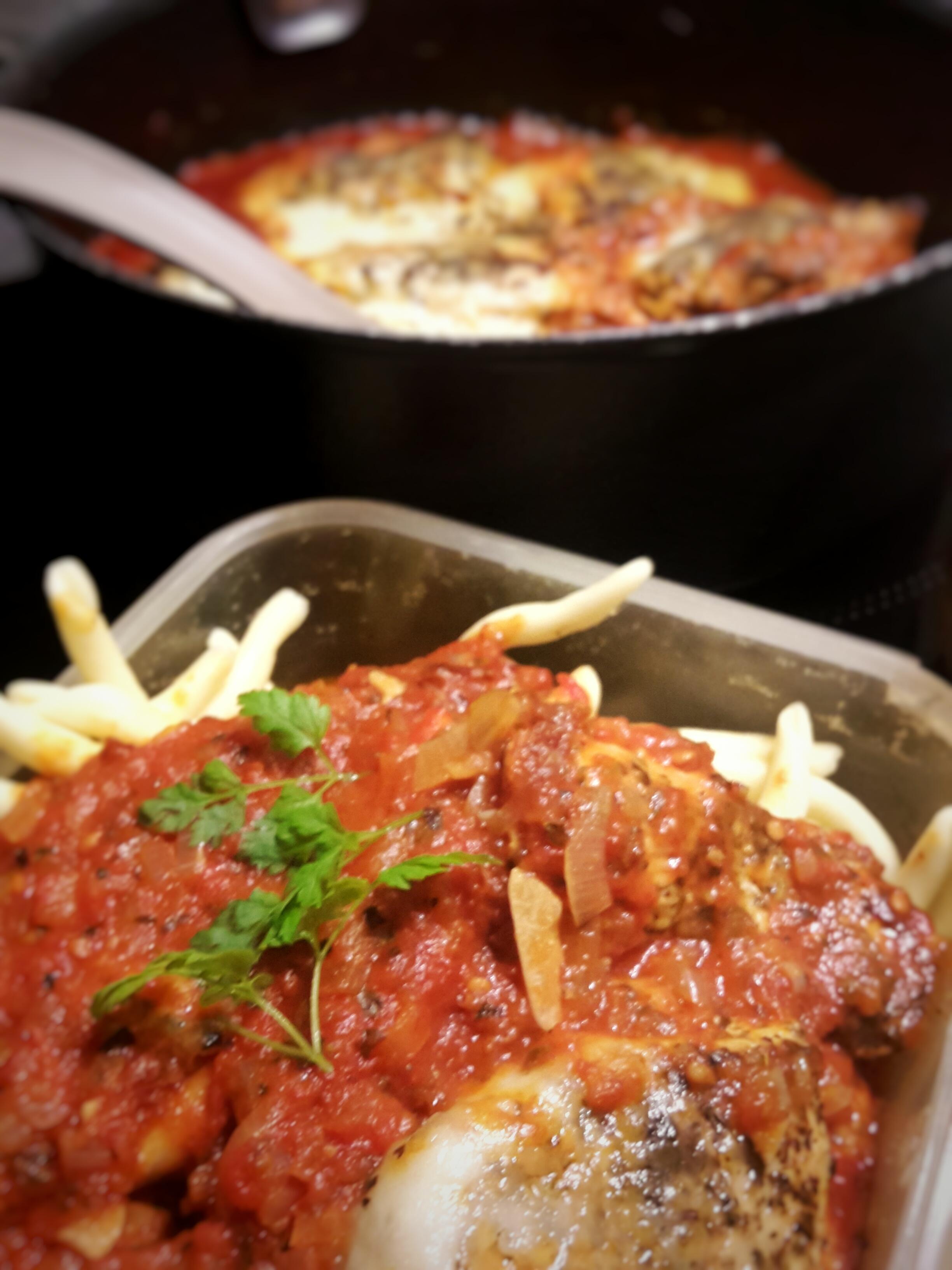 Filety drobiowe w pomidorowym sosie z mozzarellą