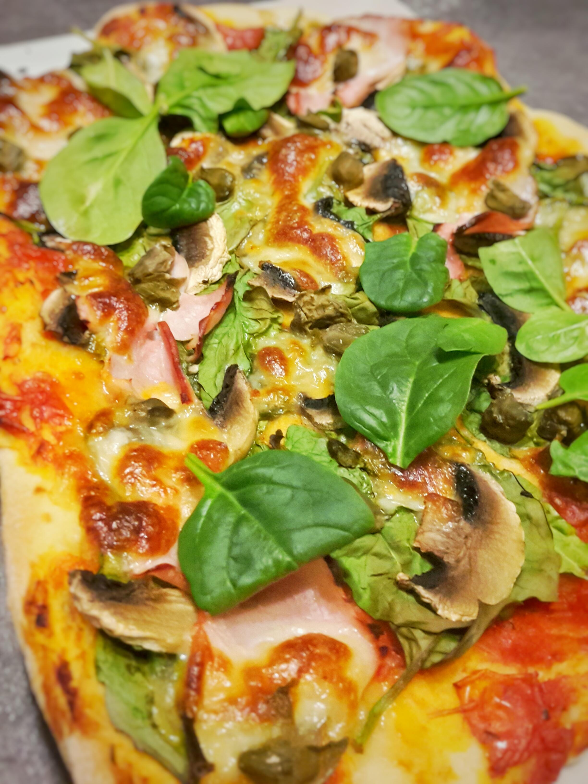 Klasyczna pizza na cienkim cieście – czyli sprzątanie lodówki