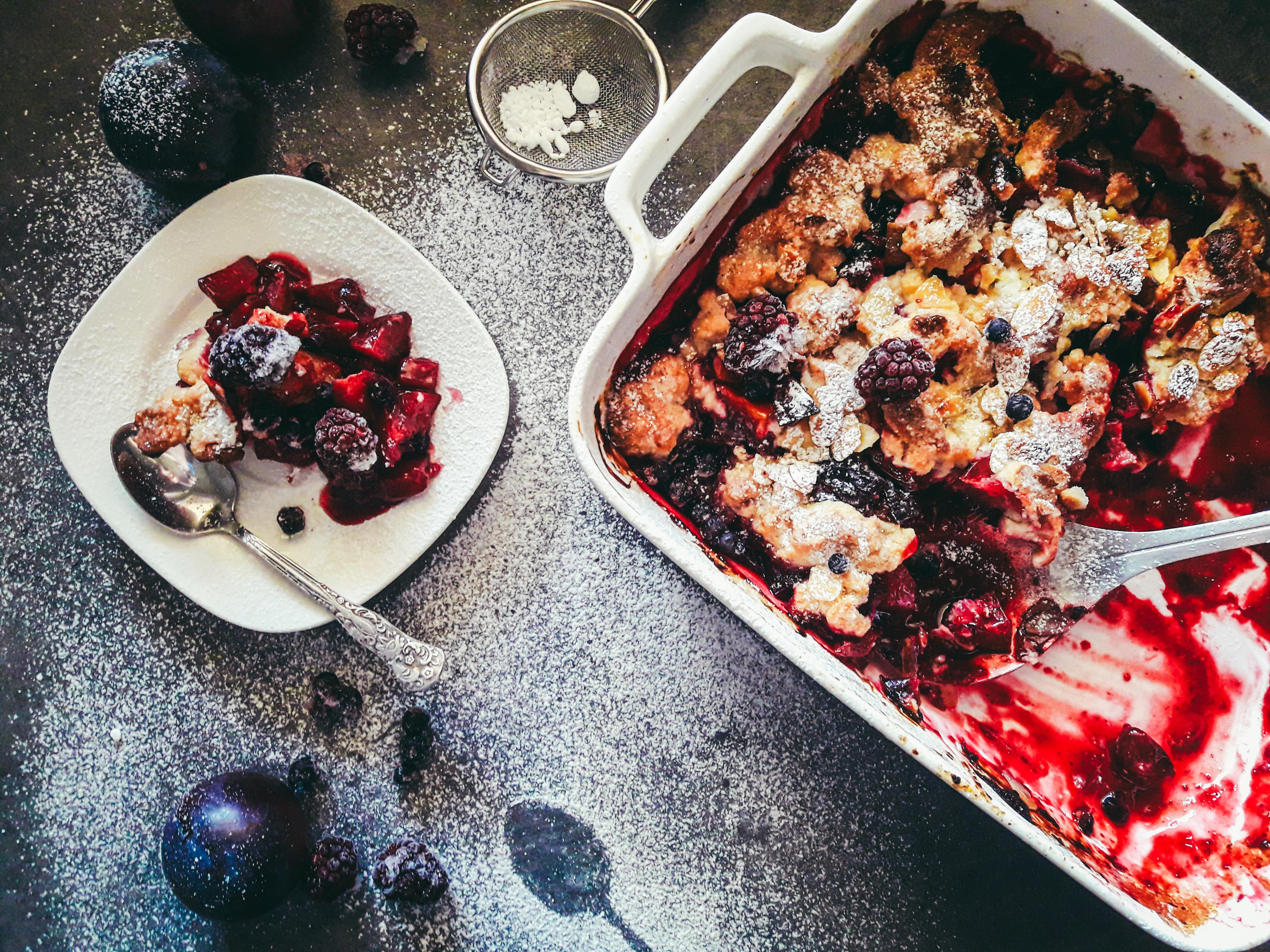 Crumble, czyli owoce pod kruszonką – pyszny i najszybszy deser