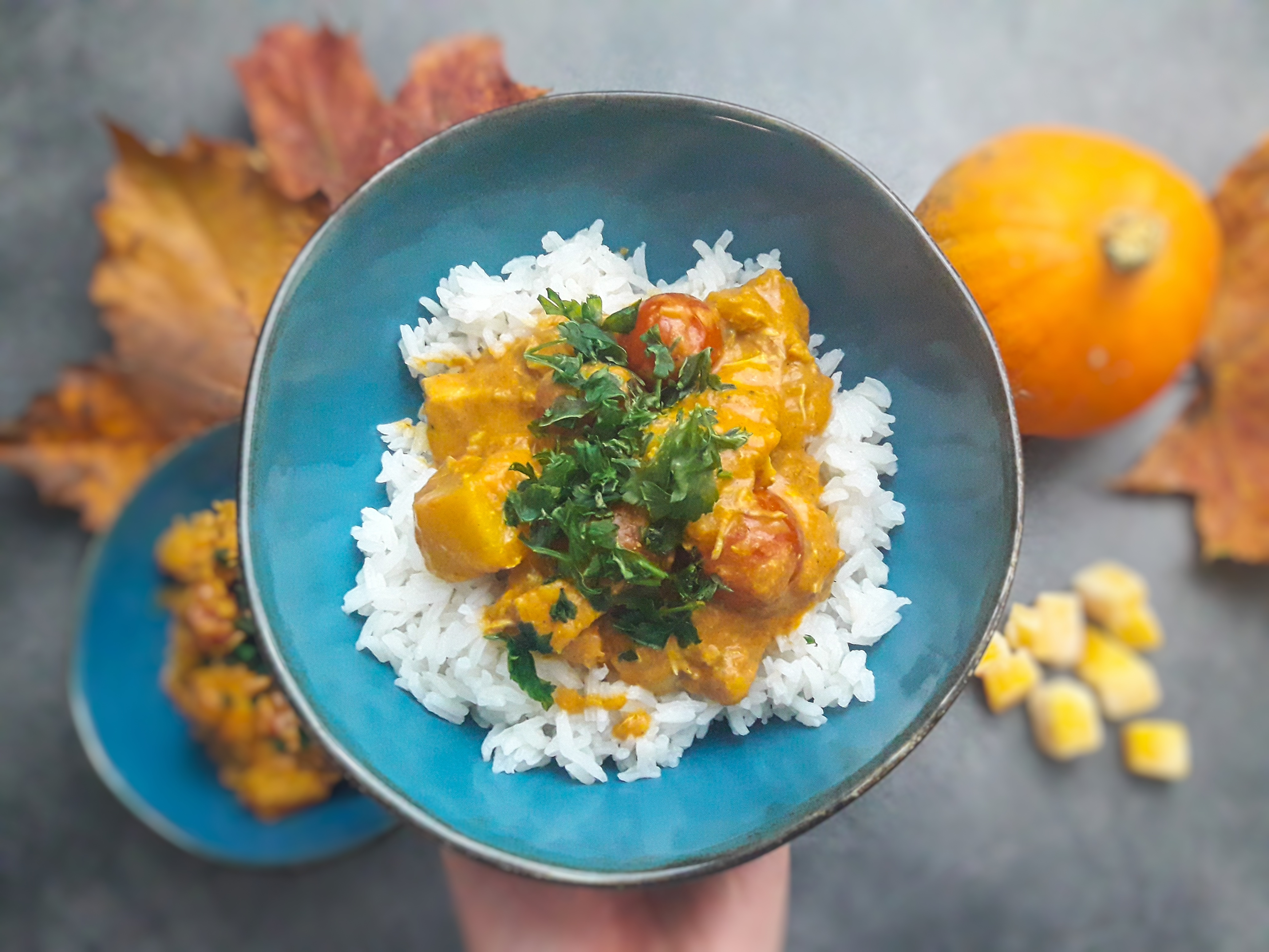 Rozgrzewające dyniowe curry z kury z pomidorami i mlekiem kokosowym