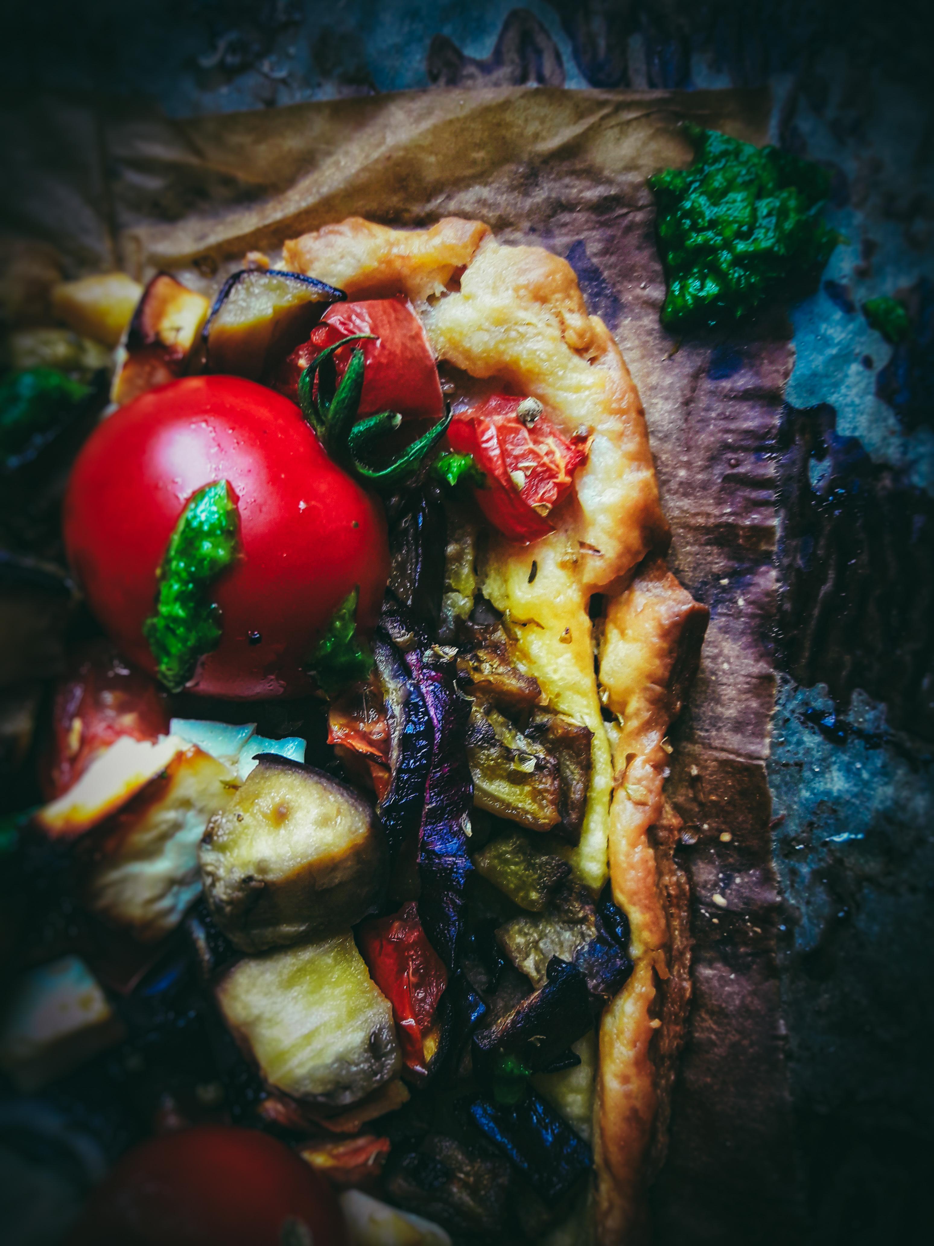 Rustykalna tarta z pieczonym bakłażanem, tahini i zielonym pesto